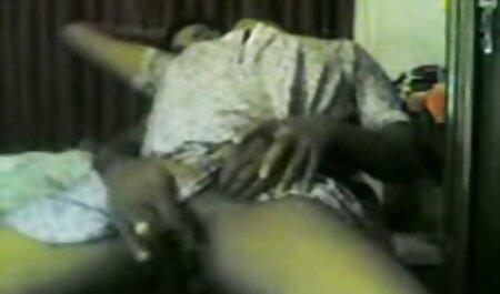 הבעלים סרטוני פורנו לצפייה ישירה נכנס לחדר השינה של הבת של העוזרת ופשוט לזיין במיטתה