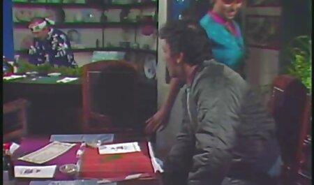 האישה התכופפה כדי לנגב סרטי פורנו לצפייה חינם את האבק מהשולחן ובנה החורג היה בהלם להבין שהיא הייתה בלי תחתונים