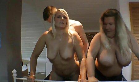 בעוד משפחות צופות בטלוויזיה במסדרון, המפה נראתה אמא במטבח בכיור מושך את השמלה צפייה ישירה בסרטי סקס