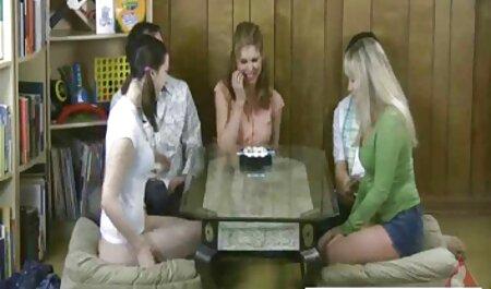 אדם עם אורך איבר במכנסיו כדי צפייה ישירה בסרטי סקס למצוא טבח מאונן בחדר ההורים.